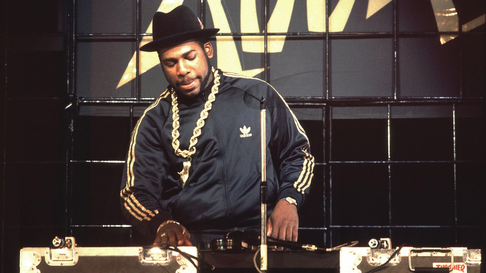 Nhân kỷ niệm lần thứ 56 sinh nhật DJ huyền thoại JAM MASTER JAY, hãy cùng xem lại những dấu mốc của ông và Run DMC trong thập niên 80s