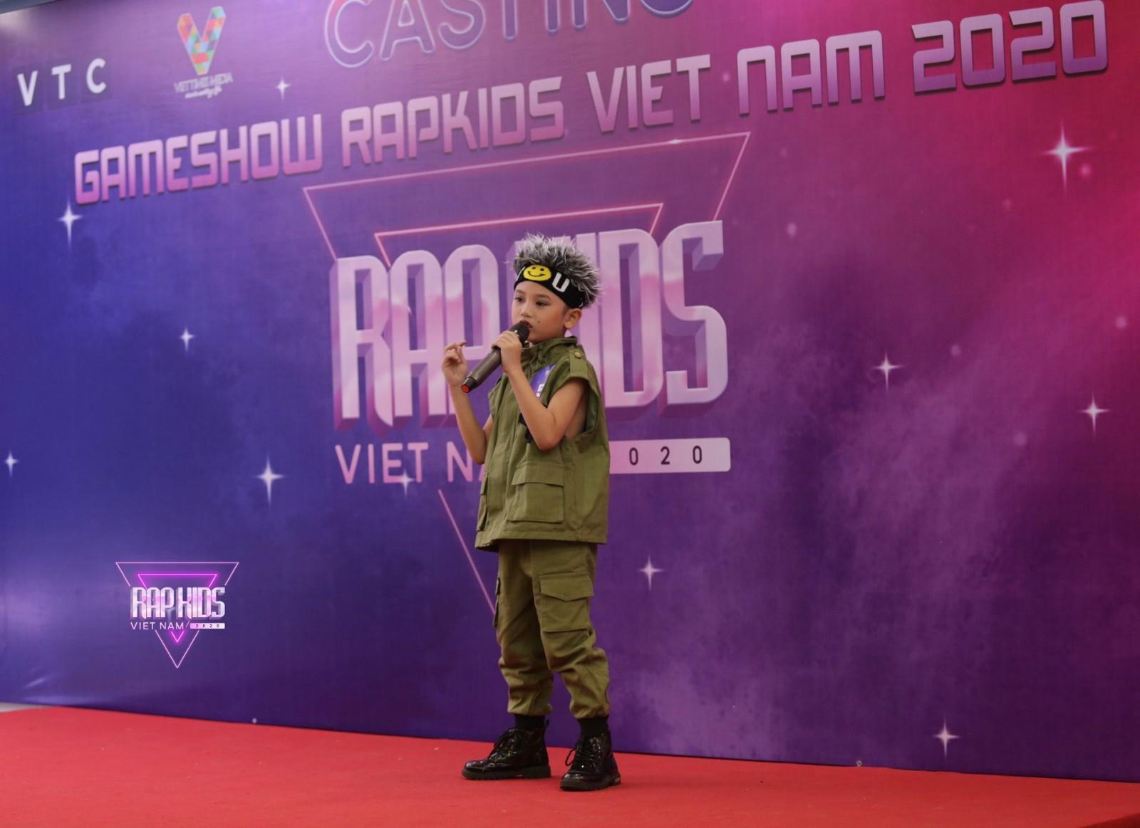 """Tập 1 """"Rap Kids Việt Nam 2020"""" điểm nhấn với nhiều thí sinh biết dùng nhạc cụ, còn Giám khảo và MC """"lộ"""" nhiều hạn chế"""