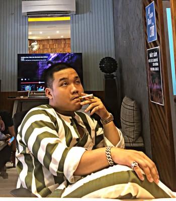 """Rapper Blacka với họa tiết """"Quần Áo Phạm Nhân"""" liệu chăng sắp có một trào lưu mới trong thời trang đường phố Việt Nam"""
