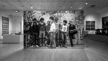 """Henry Chalfant trưng bày những bức ảnh tái hiện khung cảnh Hip Hop từ năm 1977-1987, tại triển lãm """"Nghệ thuật và Sự chuyển tiếp"""" ở Bronx"""