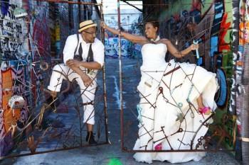 Hình ảnh một đám cưới Hip Hop ở bển, cô dâu chú rể đi giày chất dùng nền Graffiti chụp hình.