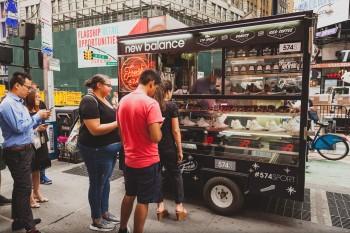 Thật khó để tìm thấy một cửa hàng giày trên xe bán Cà phê ở Việt Nam, như New Balance đã từng làm tại Mỹ