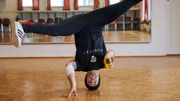 Vừa Headspin vừa nhắn tin điện thoại, hãy cùng gặp thêm một điều kỳ thú của thế giới nhảy Breaking